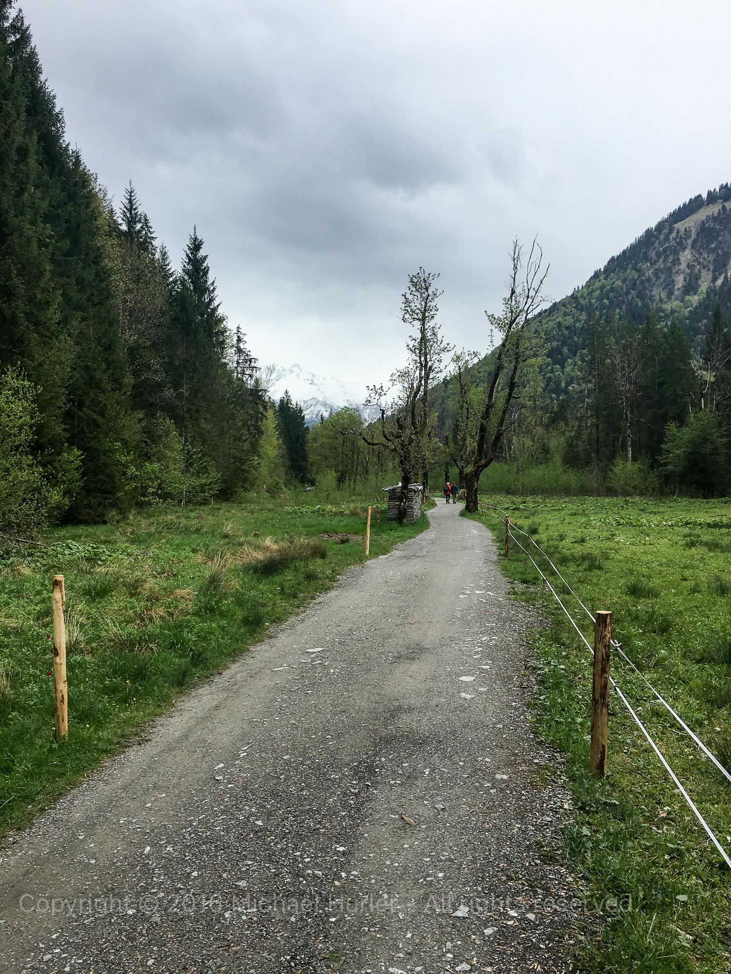16.05.2016, Oberstdorf Weg zum historischen Dorf Gerstruben